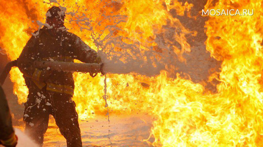 Две женщины вынесли престарелую соседку изгорящего дома