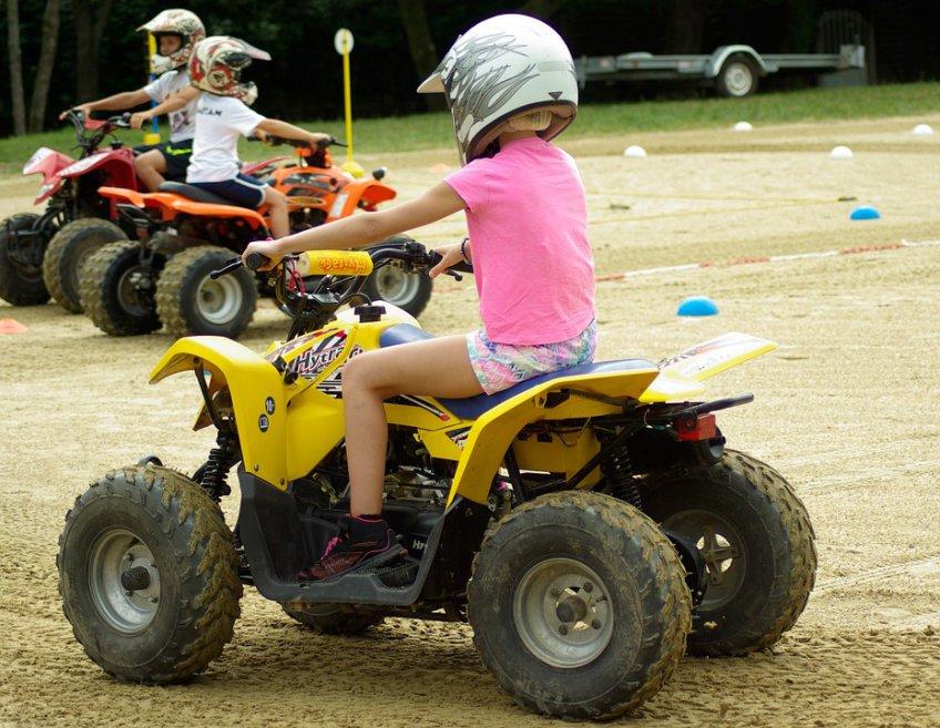 ВПодмосковье 4-летняя девочка разбилась зарулем квадроцикла