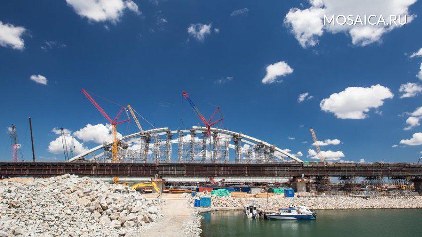 Из-за установки арки Крымского моста три десятка судов ожидают  прохода