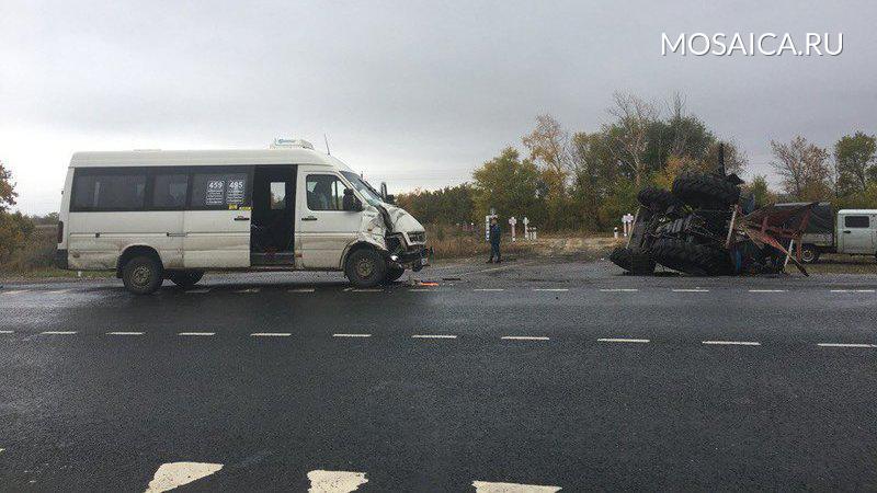 Автобус протаранил трактор при обгоне вСамарской области