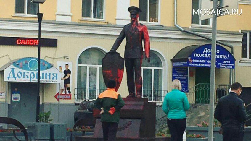 Задержали молодых людей, обливших монумент полицейскому вУльяновске
