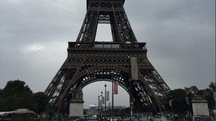 Вход наЭйфелеву вышку встолице франции закрыт из-за непогоды
