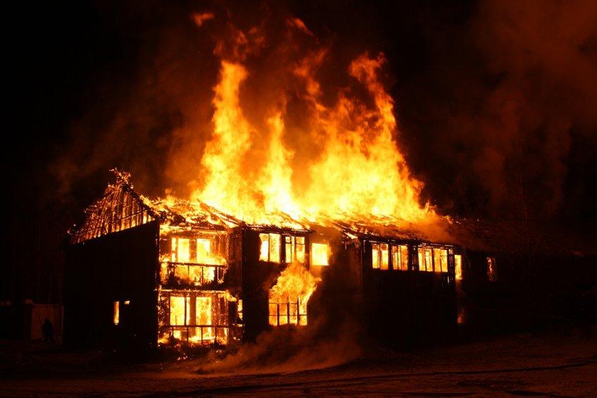 Личный дом иавтосервис пылают вПодмосковье наплощади 900 кв. метров
