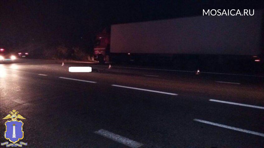 Грузовой автомобиль сбил дальнобойщика, который только вышел измашины. Мужчина умер наместе