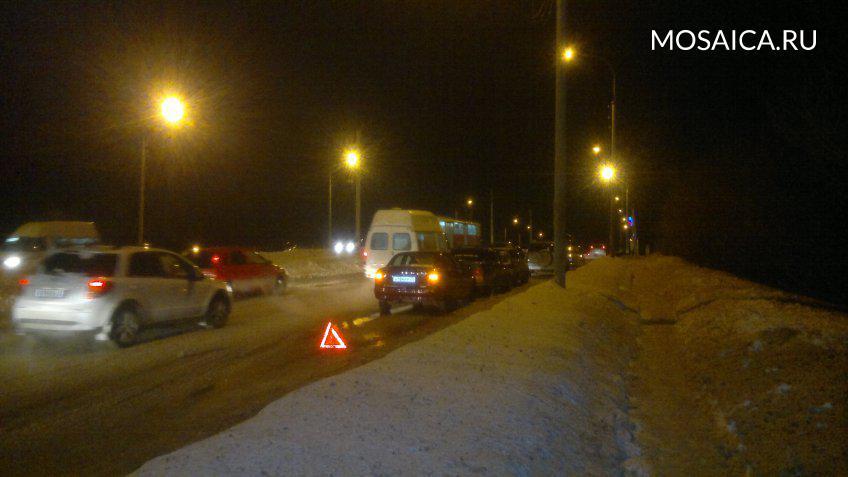 ВАЗ и«Гранта» перекрыли полосу навъезде наИмператорский мост