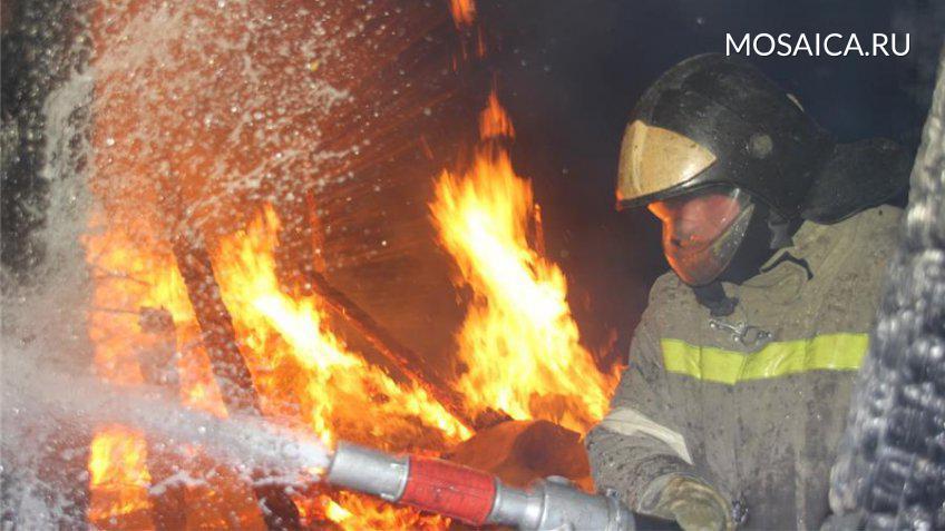 ВМайнском районе подожгли дом, пожар тушили добровольцы