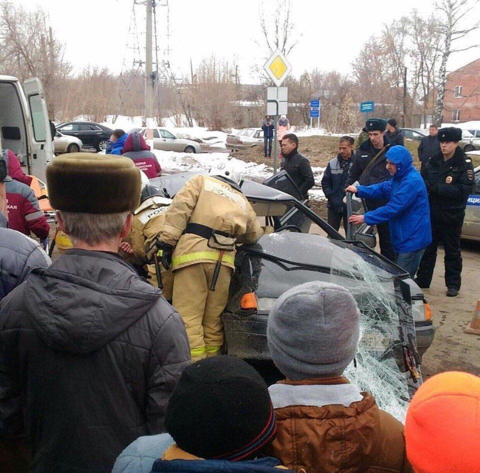 ВДимитровграде нетрезвый  бесправный шофёр  врезался встолб: двое пострадали