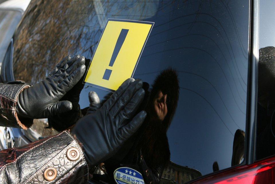 Знаки «начинающий водитель» стали обязательными для учеников зарулем