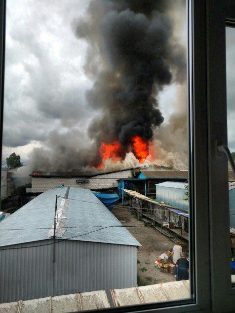 Опубликованы фото крупного пожара в Инзе: сгорели несколько магазинов