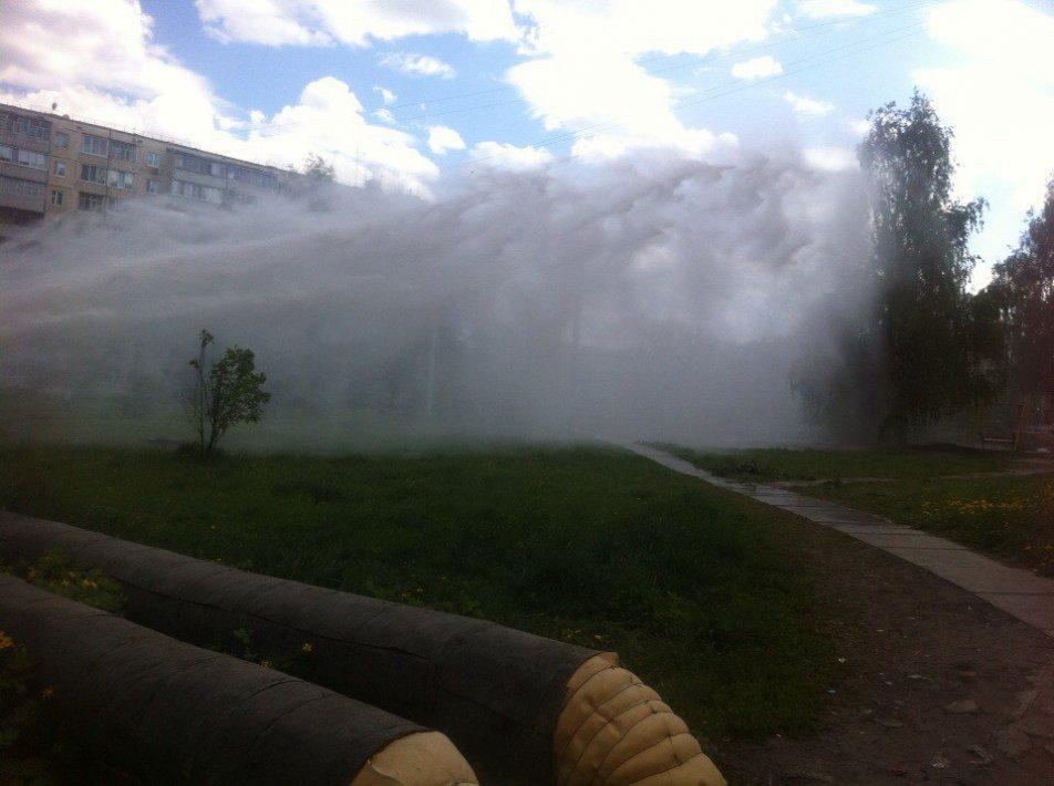Вцентре Уфы из-под земли бьет фонтан воды